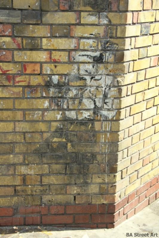 Banksy girl gas mask london © buenosairesstreetart.com
